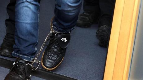 Der angeklagte Stephan Balliet betritt zu Beginn des 16. Prozesstages mit Fußfesseln den Verhandlungssaal im Landgericht Magdeburg.
