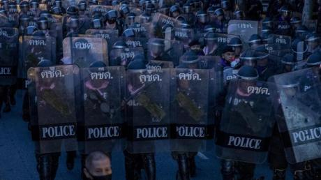 Ein Großaufgebot von Sicherheitskräften war zuvor zu dem Ort in der Nähe des Regierungssitzes gezogen, an dem die Demonstranten nach der Kundgebung vom Mittwoch kampiert hatten.