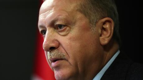 Präsident Recep Tayyip Erdogan hat die Türkei außenpolitisch zwischen alle Stühle manövriert.