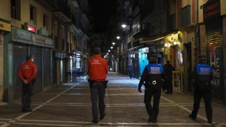 Polizisten patrouillieren auf einer Straße in Pamplona, bevor alle Bars und Restaurants um 22 Uhr geschlossen werden. Seit Mitternacht gelten deutsche Reisewarnungen für weitere Regionen in 15 EU-Ländern.