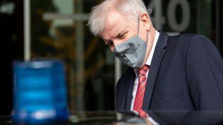 CSU-Innenminister Horst Seehofer hat einer Untersuchung über das Verhältnis von Gesellschaft und Sicherheitsbehörden zugestimmt.