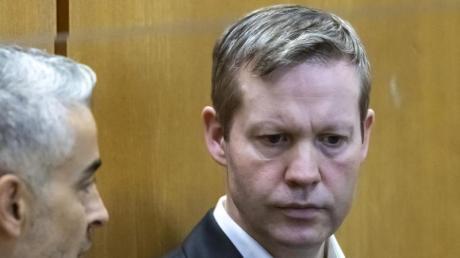 Der 47 Jahre alte Hauptangeklagte Stephan Ernst soll den nordhessischen Regierungspräsidenten Lübcke vor einem Jahr auf dessen Terrasse erschossen haben, weil sich der CDU-Politiker für Flüchtlinge eingesetzt hatte.
