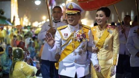 Mal wieder Bangkok statt Bayern: König Maha Vajiralongkorn und seine Frau Suthida vor gut zwei Wochen in Thailand.