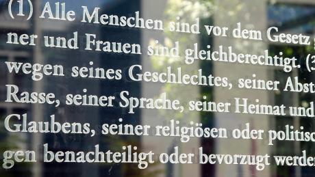Der dritte Artikel des Grundgesetzes auf der Scheibe eines Berliner Bundestags-Bürohauses.