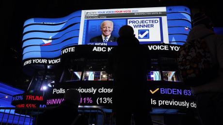 Fußgänger verfolgen die Wahlergebnisse auf einer Anzeigetafel am Times Square.
