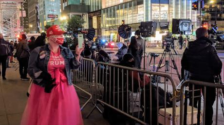 Eine Unterstützerin von Trump wartet gemeinsam mit Journalisten vor dem Trump Tower in New York.