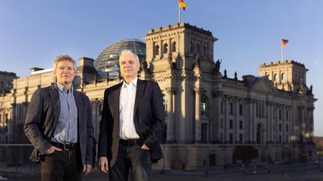 Politische Befindlichkeitsforscher: die Journalisten Peter Dausend (li.) und Horand Knaup vor dem Berliner Reichstag.
