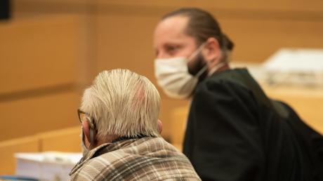 """""""Ich habe zum Schluss keinen Ausweg mehr gefunden"""": der 92-jährige Angeklagte neben seinem Anwalt Norman Jacob."""