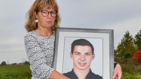 Katja Konrad, die Mutter des getöteten Polizeischülers, mit einem Foto ihres Sohnes Julian. Sie und ihr Mann Peter haben noch so viele Fragen. Und sie warten bisher vergeblich auf Antworten.