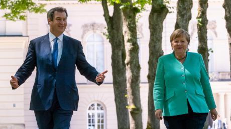 So tänzeln sie dahin: Kanzlerin Angela Merkel und Ministerpräsident Markus Söder im Juli 2020 ganz vertraut auf Schloss Herrenchiemsee.