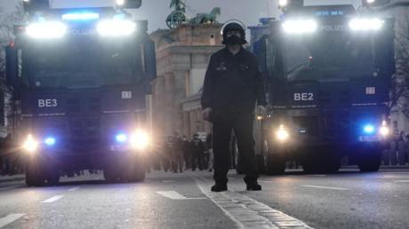 Wasserwerfer der Polizei stehen bei der Corona-Demo am Brandenburger Tor bereit.