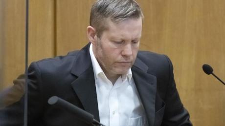 Der Hauptangeklagte Stephan Ernst wartet vor Verhandlungsbeginn im Gerichtssaal.