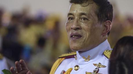 Der thailändische König Maha Vajiralongkorn grüßt seine Anhänger nach einer buddhistischen Zeremonie im Großen Palast.