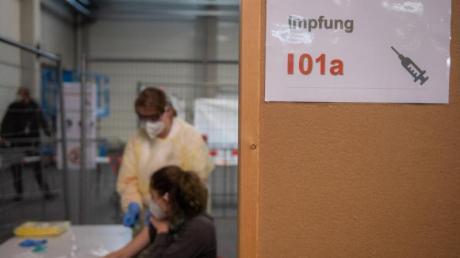 Dorothea Gansloser (l.) und Kim Gühler simulieren im Messezentrum Ulm eine Impfung. Das Deutsche Rote Kreuz probte den Ablauf zur Impfung eines Corona-Impfstoffs in dem neben weiteren für das Land Baden-Württemberg geplanten Impfzentren.
