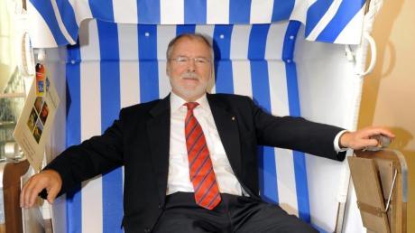 Der Ministerpräsident von Mecklenburg-Vorpommern, Harald Ringstorff, sitzt während seines Abschiedsempfangs im Jahr 2008 in Schwerin in einem Strandkorb, den er zuvor als Geschenk erhalten hatte.