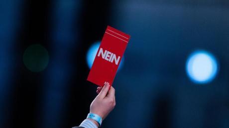 """Einige Delegierte heben ihren Stimmzettel mit der Aufschrift """"Nein"""" nach der Rede von Jörg Meuthen beim Bundesparteitag der AfD."""