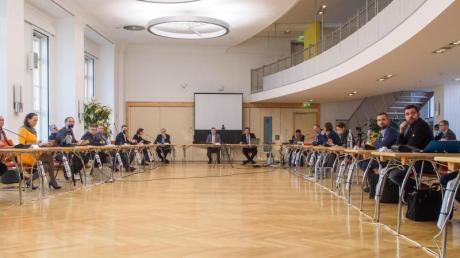 Die Mitglieder des Medienausschusses des Landtages sitzen in der Kantine des Landtages, die wegen der Corona-Pandemie zum Sitzungssaal umfunktioniert wurde.