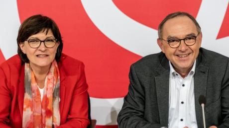 Saskia Esken, Bundesvorsitzende der SPD, wartet neben Norbert Walter-Borjans, Bundesvorsitzender der SPD, auf den Beginn der Klausur des SPD-Parteivorstands im Willy-Brandt-Haus.