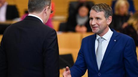 Der neu gewählte Ministerpräsident Bodo Ramelow (l, Die Linke), verweigerte dem AfD-Fraktionsvorsitzenden Björn Höcke den Handschlag nach der Wahl. Höcke war in zwei Wahlgängen als Kandidat um das Amt des Ministerpräsidenten angetreten.