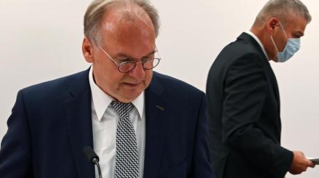 Ministerpräsident Reiner Haseloff (l) hat seinen Innenminister Holger Stahlknecht entlassen. Wie es nun weitergeht in Sachsen-Anhalt, ist noch unklar.