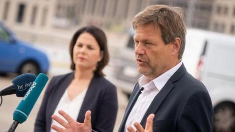 Die Grünen-Chefs Annalena Baerbock und Robert Habeck sehen den Wahlsieg in Baden-Württemberg als guten Start in das Wahljahr.