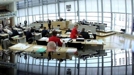 Blick in den Plenarsaal des Landtags von Sachsen-Anhalt. Die schwarz-rot-grüne Koalition ist gespalten. Die CDU in Sachsen-Anhalt lehnt wie die AfD den höheren Rundfunkbeitrag ab. Gemeinsam hätten sie eine Mehrheit im Parlament.