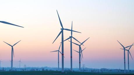 Zahlreiche Windräder in Sachsen. Deutschlands Problemfelder sind zu schwache Ausbauziele für erneuerbare Energien, viel zu wenig Fortschritt im Verkehrssektor sowie ein noch immer hoher Energieverbrauch.