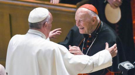 Erst vor einem Monat ließ Papst Franziskus (links) eine interne Untersuchung zu den Vergehen des einstigen Erzbischofs von Washington, Theodore McCarrick (rechts), veröffentlichen.