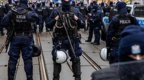 Polizisten in Schutzuniform stehen während einer Demonstration in der Hauptstadt Warschau Wache.