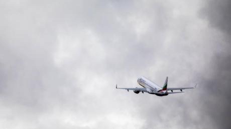 Ein Flugzeug mit abgeschobenen Menschen hebt vom Baden Airpark ab.