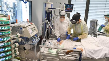 Arbeit unter Extrembedingungen: Pflegekräfte und Ärzte am Aichacher Krankenhaus versorgen bis zu 30 Corona-Patienten. In einigen wütet das Virus so stark, dass sie künstlich beatmet werden müssen.