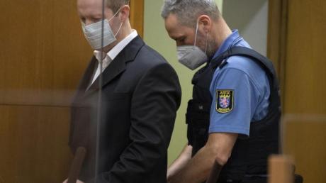 Der Hauptangeklagte Stephan Ernst (l.) wird in den Gerichtssaal geführt.