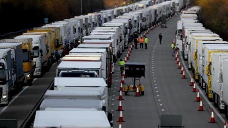 Geparkte Lastwagen in Ashford auf der Autobahn M20.