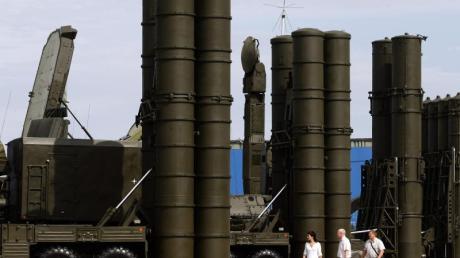 Ein Flugabwehrsystem des Typs S-300 steht in einer militärischen Technologie-Ausstellung in Schukowski. Russland sieht angesichts veralteter Waffen und Militärtechnik im Iran einen Milliardenmarkt.