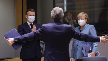 Der französische Präsident Emmanuel Macron (links) und Bundeskanzlerin Angela Merkel begrüßen David Sassoli, Präsident des EU-Parlaments, bei einem Gipfel.