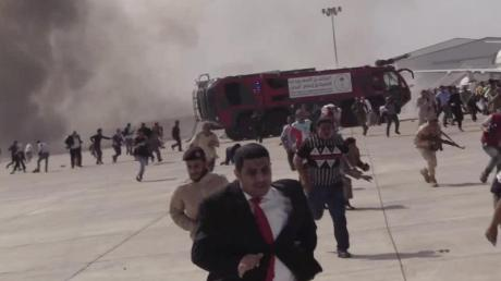 Menschen rennen nach einer schweren Explosion fluchtartig über den Flughafen der jemenitischen Stadt Aden. Bei einer schweren Explosion wurden nach offiziellen Angaben mindestens 16 Menschen getötet und Dutzende verletzt.