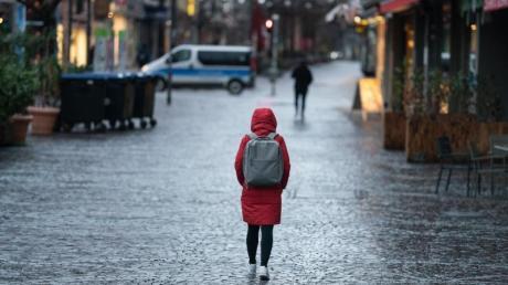Eine Frau geht durch die nahezu menschenleere Innenstadt vonFrankfurt am Main.