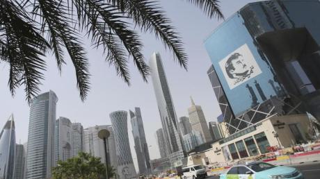 Ein Taxi fährt in Doha an einem Gebäude mit einem Bild des Emirs von Katar, Tamim bin Hamad Al Thani, vorbei. Der Streit zwischen Katar und seinen Nachbarn ist beigelegt.