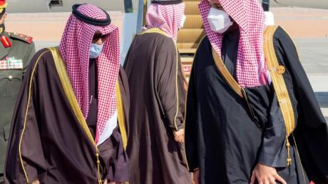 Mohammed bin Salman (r), Kronprinz von Saudi-Arabien, begrüßt Scheich Nawaf al-Ahmed al-Sabah, den Emir von Kuwait, bei seiner Ankunft auf dem Flughafen zum 41. Gipfeltreffen des Golf-Kooperationsrates (GCC).