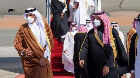Noch vor kurzem undenkbar: Mohammed bin Salman, Kronprinz von Saudi-Arabien (rechts), begrüßt Tamim bin Hamad al-Thani, Emir von Katar, bei seiner Ankunft zum Gipfeltreffen des Golf-Kooperationsrates.