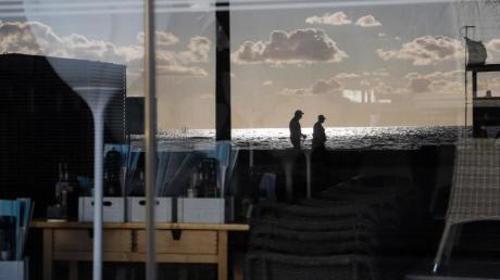 Blick durch die Frontscheibe eines geschlossenenRestaurants auf Mallorca.
