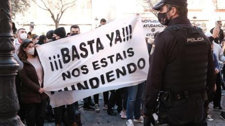 «Schluss damit, ihr ruiniert uns» steht auf einem Banner, das Demonstranten während einer Kundgebung gegen die Corona-Maßnahmen in Palma de Mallorca halten.