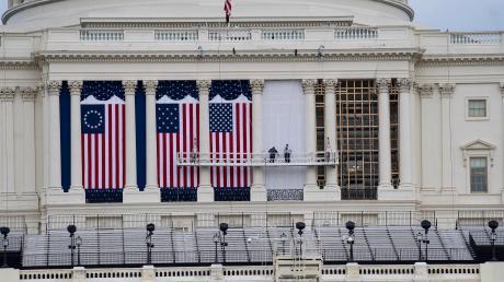 Die Flaggen zur Amtseinführung des gewählten US-Präsidenten Joe Biden hängen bereits am Kapitol. Doch so etwas wie Feierlichkeit will nicht aufkommen. Im Gegenteil, die Furcht vor erneuten Ausschreitungen wächst.