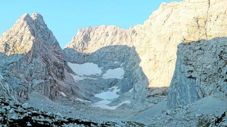 """Was vom einst mächtigen Blaueisgletscher geblieben ist: Geröll und schmutziger Schnee. Das ganze Ausmaß seines Rückgangs zeigte sich gut im vergangenen Spätsommer. Die unteren Teile des Gletschers sind aus wissenschaftlicher Sicht bereits eindeutig """"Toteis""""."""