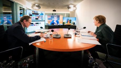 Bundeskanzlerin Angela Merkel und Berlins Regierender Bürgermeister Michael Müller sitzen gemeinsam im Kanzleramt bei der Videokonferenz mit den Ministerpräsidenten der Länder. In der Runde ging es dem Vernehmen nach hoch her.