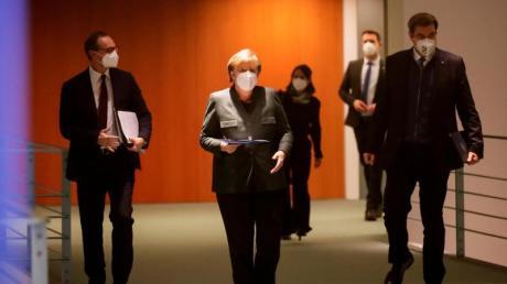 Kanzlerin Angela Merkel (CDU), Berlins Regierender Bürgermeister Michael Müller (l, SPD) und der CSU-Vorsitzende Markus Söder kommen zur Pressekonferenz im Bundeskanzleramt.