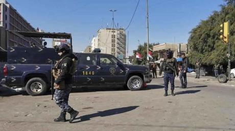 Sicherheitskräfte patroullieren an einem Ort eines tödlichen Anschlags im belebten Geschäftsviertel in der irakischen Hauptstadt.