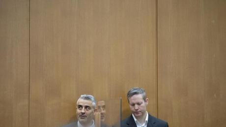 Die Vorwürfe gegen Stephan Ernst sind schwer, die Anklage fordert die Höchststrafe für den mutmaßlichen Mörder von Walter Lübcke. Hier neben seinem Verteidiger Mustafa Kaplan.