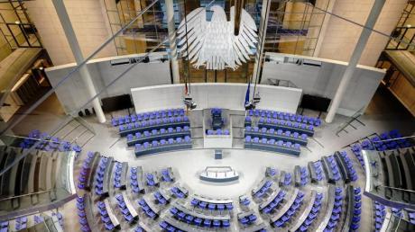 Blick in den Plenarsaal des Bundestags im Reichstagsgebäude in Berlin.