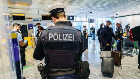 Passagiere werden auf dem Frankfurter Flughafen bei ihrer Einreise nach Deutschland kontrolliert.